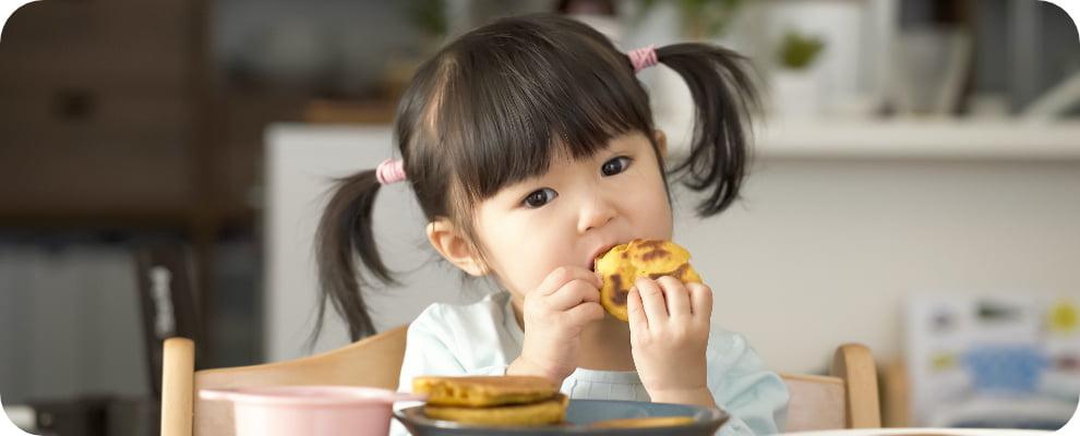 おやつを食べている女の子